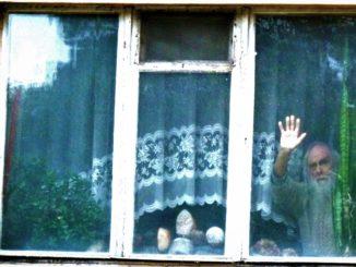 Jerzy Szatkowski w oknie -  wykadrowane