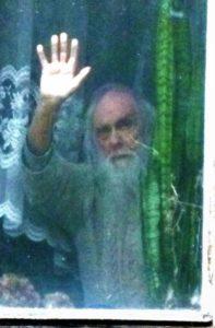 Jerzy Szatkowski w oknie - wykadrowane w zbliżeniu